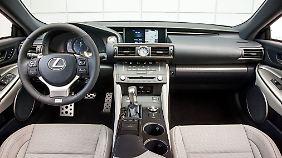 Der Lexus RC kann eher seine umfangreiche Ausstattung und expressives Design als pure Sportlichkeit ins Feld führen.