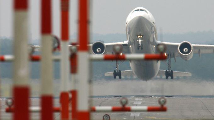 Die Preise für Kerosin sinken - doch die meisten Airlines geben die Ersparnisse nicht an die Kunden ab.