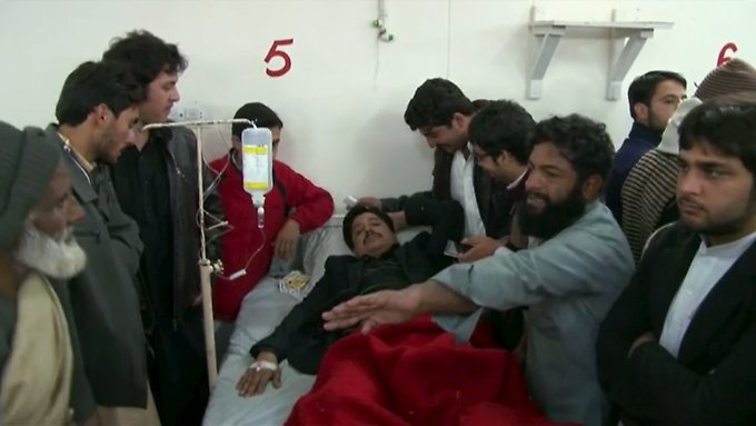 Ein Mann, der bei der Taliban-Attacke auf die Universität verletzt wurde, wird im Krankenhaus versorgt.