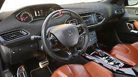 Im Innenraum gleicht der R-Hybrid dem GTI. Allerdings fehlt dem der rote Boost-Knopf.