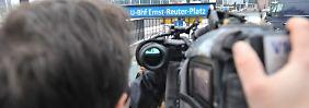 Ein Kameramann filmt am Eingang der U-Bahnstation Ernst-Reuter-Platz. Dort ereignete sich der tödliche Zwischenfall.