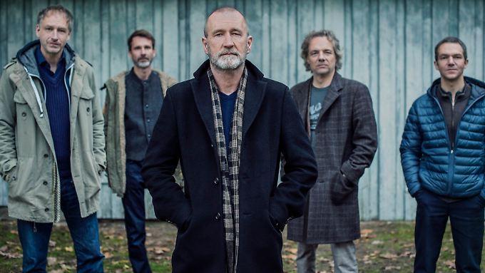 """Der """"Club der toten Dichter"""": Tim Lorenz, Andreas Sperling, Reinhardt Repke und Markus Runzheimer (hinten, v.l.) mit Gastsänger Peter Lohmeyer."""