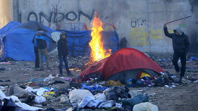2500 Flüchtlinge leben in der Region um Calais unter erbärmlichen Zuständen. Sie wollen nach Großbritannien.