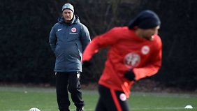 Frankfurt-Coach Armin Veh plant in der Rückrunde mit Innenverteidiger Carlos Zambrano.
