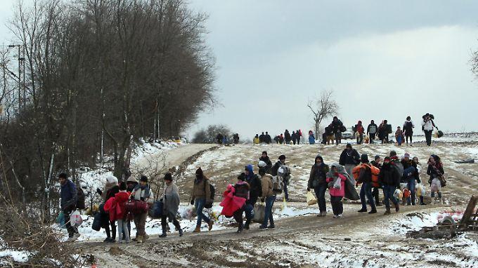 Bei Temperaturen deutlich unter null Grad laufen Flüchtlinge nördlich der serbisch-mazedonischen Grenze zu einem provisorischen Aufnahmelager.