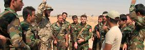 Bundeswehrsoldaten schulen bei Erbil kurdische Peschmerga.