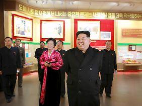 """Kim Jong Un bei einem Besuch des neuen """"Museums der Bewegung"""": Spionage, Sabotage oder """"Umsturzpläne"""" ahndet das Regime in der Regel mit brutalen Haftstrafen."""