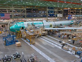 Jumbo-Produktion bei Boeing: Ab Herbst soll nur noch alle zwei Monate eine neue 747-8 aus der Halle rollen.