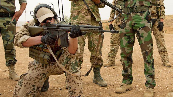 Im Irak werden die kurdischen Kämpfer auch im Gebrauch der Waffen geschult.
