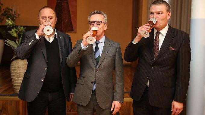 Die Innenminister Klaus Bouillon, Thomas de Maizière und Holger Stahlknecht beim Bier am Abend.