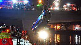Das Auto war bei spiegelglatter Fahrbahn in den Neckar gerutscht.