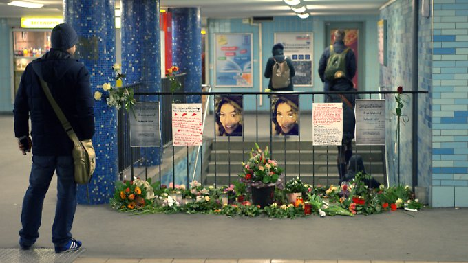 Blumen, Fotos und Briefe am Tatort.