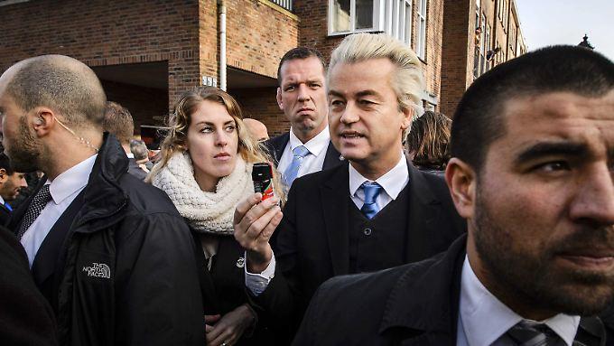 Während der Kundgebung protestierten Dutzend Frauen gegen Wilders radikale Rhetorik