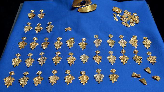 """Goldene Schmuckstücke eines zeremoniellen Gewandes aus der Spätantike, die Teil des illegal in der Pfalz ausgegrabenen """"Barbarenschatzes"""" sind."""