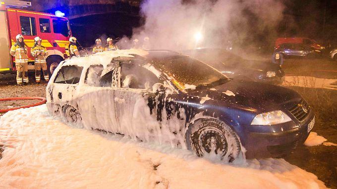 Die Autos wurden auf dem Parkplatz in Brand gesteckt, auf dem die Pegida-Anhänger üblicherweise parken.