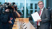 Hans-Peter Bartels bei der Vorstellung seines Jahresberichts 2015.
