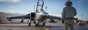 Auf dem türkischen Luftwaffenstützpunkt Incirlik bereiten Techniker den Einsatz von Tornados der Bundeswehr über Syrien vor.