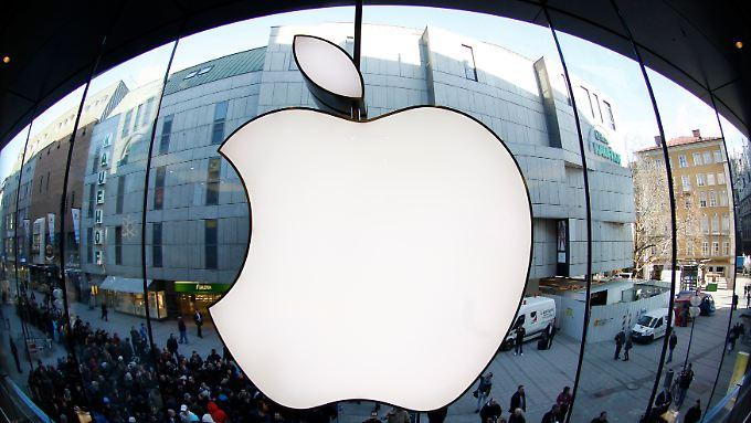 Das berühmte Apfel-Logo - hier spiegelverkehrt in einer Apple-Niederlassung in München.