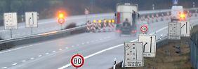 Bei der Sanierung von Autobahnen - im Bild zu sehen ist die A20 - sollen in Zukunft auch direkt Glasfaserkabel verlegt werden.