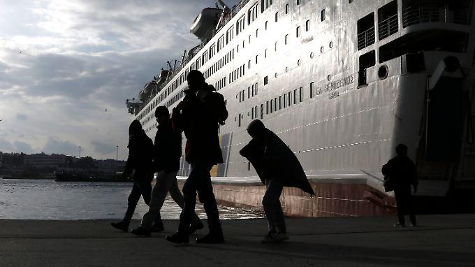 An den Häfen in Griechenland kommen täglich Hunderte Flüchtlinge an.