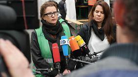 Diana Henniges gibt vor dem Lageso eine improvisierte Pressekonferenz.