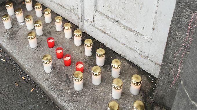 Trauernde haben für den vermeintlichen Toten Kerzen vor dem Lageso aufgestellt.