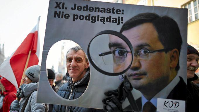 Hat künftig ein Auge auf die Staatsanwaltschaften: Justizminister Zbigniew Ziobro auf einem Plakat.