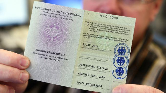 Bis zum Sommer sollen alle Asylbewerber mit dem Flüchtlingsausweis ausgestattet sein.