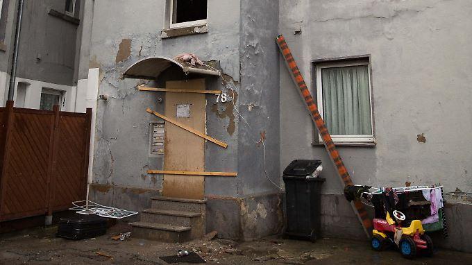 Der gesperrte Eingang zu dem Mehrfamilienhaus in Herne nach dem Brand.