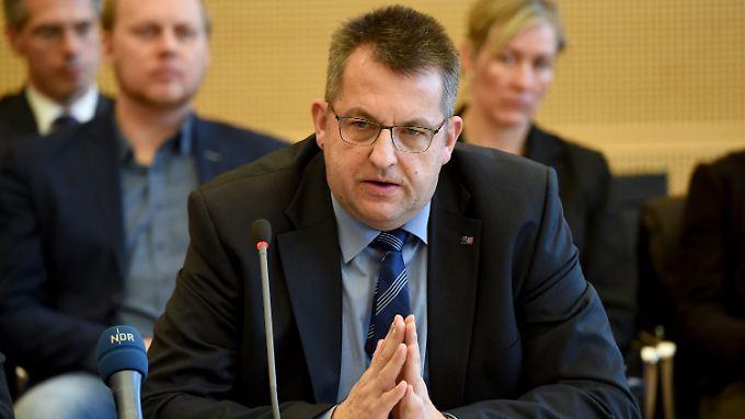 Innenminister Studt (SPD) musste sich  bei einer Sondersitzung des Innen- und Rechtsausschusses des Landtages kritische Fragen gefallen lassen.