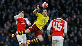 Calum Chambers uns Alexis Sanchez treffen für den FC Arsenal.