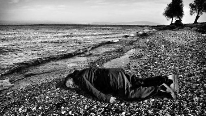 Bäuchlings legt sich Ai Weiwei auf den steinigen Strand von Lesbos.