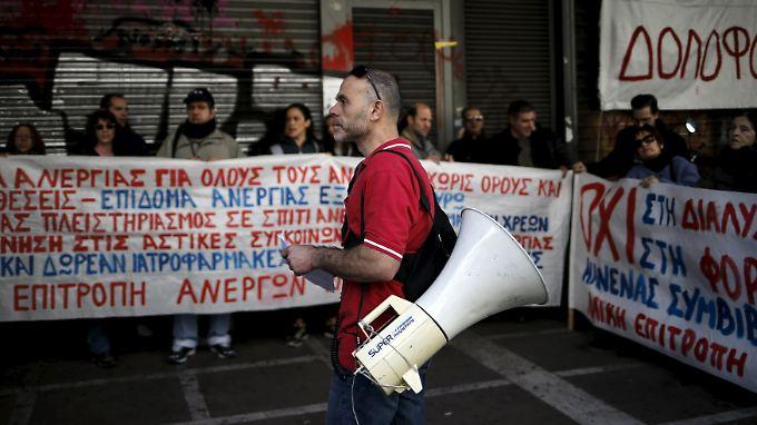 Arbeitslose Griechen protestieren vor dem Arbeitsministerium in Athen gegen die Rentenreform.