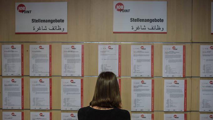 In der Berliner Sammelunterkunft im ehemaligen Flughafen Tempelhof gibt es seit Januar ein spezielles Willkommen-in-Arbeit-Büro für Flüchtlinge.