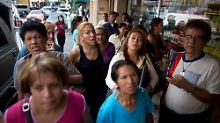 Warten auf frische Eier in der venezolanischen Hauptstadt Caracas.