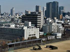 """Teil des Straßenbilds in Tokio: Im Stadtgebiet haben die japanischen Streitkräfte Abwehrraketen vom Typ """"Patriot"""" aufgestellt."""