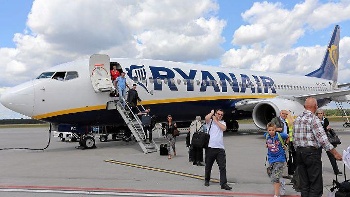 Billigflieger wie Ryanair setzen die deutschen Anbieter unter Druck.