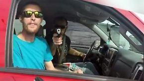 Streit an der Ampelkreuzung: Pick-up-Fahrer zielt mit Waffe auf Motorradfahrer