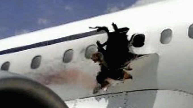 Sichere Notlandung in Mogadischu: Explosion reißt Loch Rumpf von Passagierflugzeug