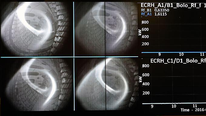 """Im Kontrollraum der Kernfusions-Forschungsanlage """"Wendelstein 7-x"""" in Greifswald werden am bei der erstmaligen Erzeugung von Wasserstoff-Plasma auf einer Videowand die Prozesse gezeigt."""