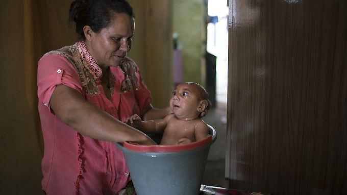 Solange Ferreira wäscht ihren José Wesley. Der Junge leidet mutmaßlich wegen einer Zika-Virusinfektion während der Schwangerschaft an einer Mikroenzephalie.