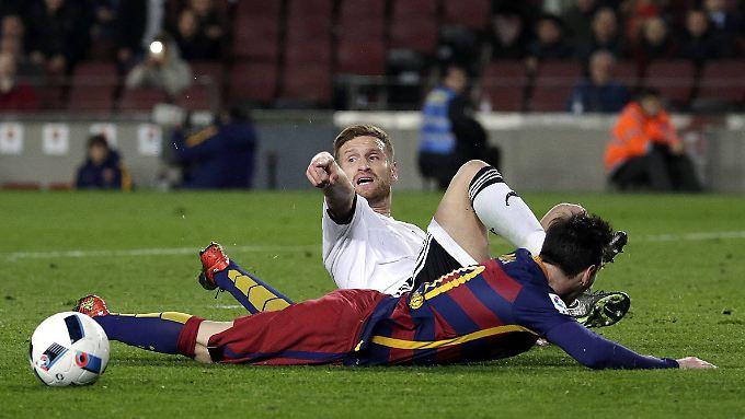 Ball gespielt? Nur Gegner, entschied der Schiedsrichter nach Shkodran Mustafis Zweikampf mit Barcelonas Lionel Messi - und schickte den Valencia-Profi mit Rot vom Platz.