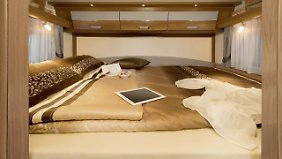 Der hinten Liegende muss klettern: Quer eingebautes Doppelbett im Dethleffs Esprit.