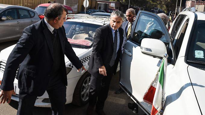 Der italienische Botschafter in Ägypten kam  zum Leichenschauhaus, um seinen toten Landsmann zu sehen. Italien verlangt lückenlose Aufklärung.