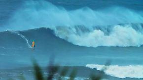 Gefährlicher Surf-Spot in Nazare: Windsurfer Jason Polakow wagt sich in Monsterwellen