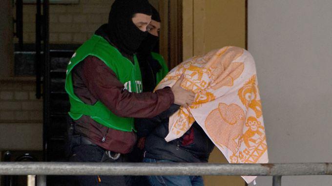 Großrazzien in drei Städten: Polizei nimmt zwei mutmaßliche Islamisten fest