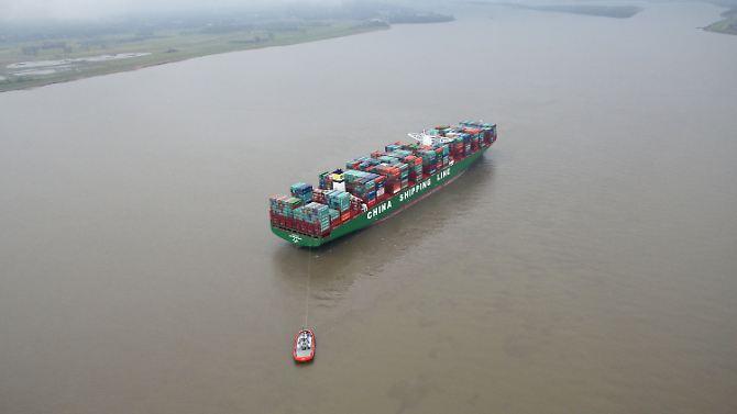 Der entsprechende Elbeabschnitt ist für die Dauer des Manövers gesperrt. Es ist der vorerst letzte Versuch, das Schiff frei zu bekommen. Solche günstigen Wetterverhältnisse sind ...