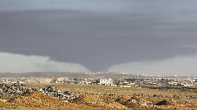 Am Donnerstag stieg wieder Rauch auf über Aleppo