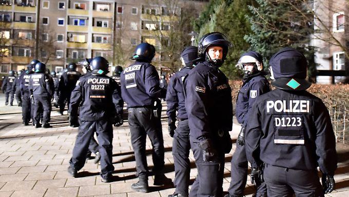Polizisten sichern einen Pogida-Aufmarsch durch den Potsdamer Plattenbaukiez am Schlaatz. Hier wurde der kleine Elias entführt.