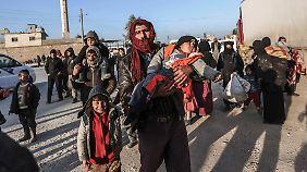 Merkel reist nach Ankara: Mehr als 35.000 Syrer bitten Türkei um Aufnahme